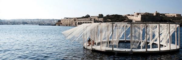 Piscina Flutuante é construída em meio a imensidão do mar