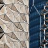 Telas motorizadas se movimentam conforme a luz solar em torres no Oriente Médio