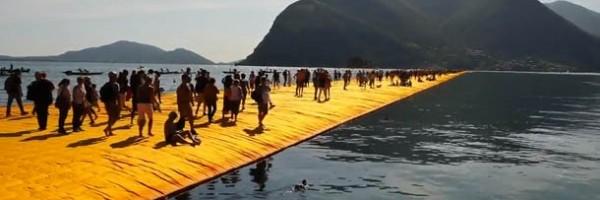 Artista cria pier flutuante e permite que turistas andem sobre as águas.