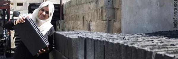 Engenheiras de Gaza produzem tijolo a partir de escombros